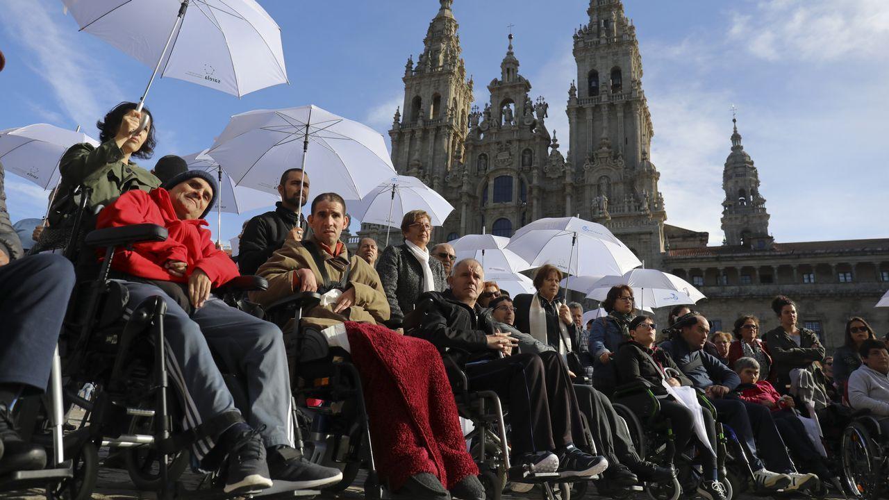 Santiago, epicentro mundial para los cadetes del ajedrez.Los padres de Echeverría, junto a la placa