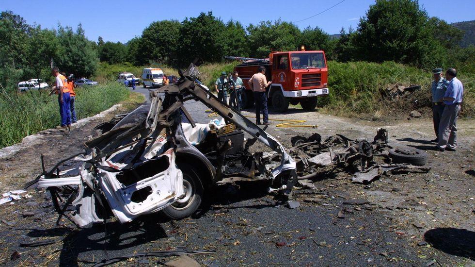 .Dos hombres perecieron en la explosión de una furgoneta en Leiro, cuando llevaban fuegos artificiales a unas fiestas cercanas.