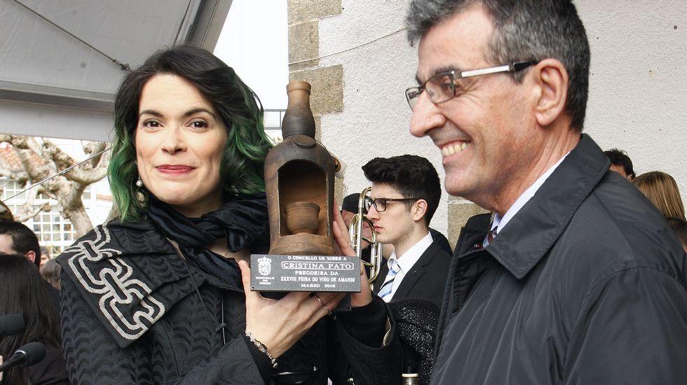 Cristina Pato con la pieza de Gundivós que le entregó el alcalde en agradecimiento por su pregón