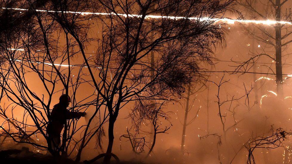 Labores de extinción en el incendio de Couto de Cima y Couto de Baixo, en la región de Viseu