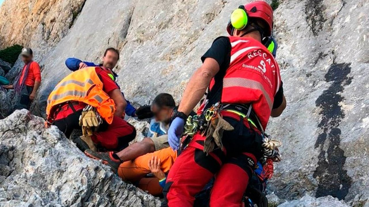 Trasladan al HUCA a un montañero herido tras caer 15 metros en la vía Murciana del Urriellu