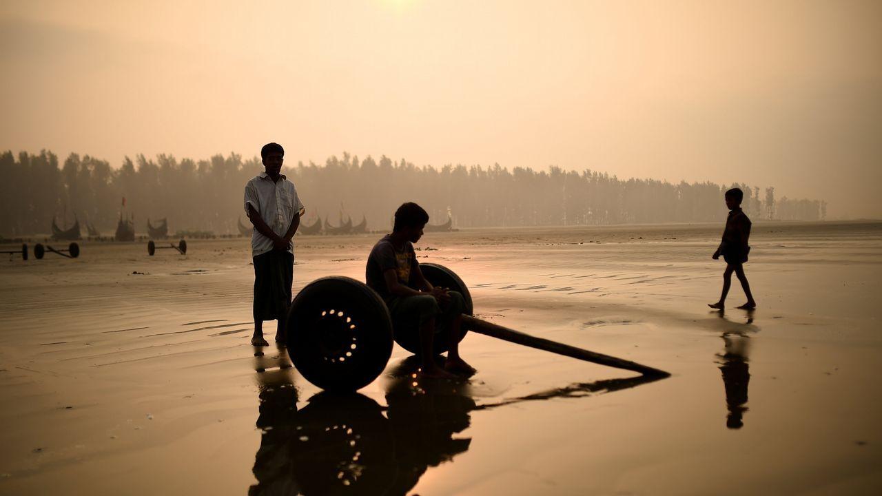 .Refugiados rohingya en una playa de Bangladesh
