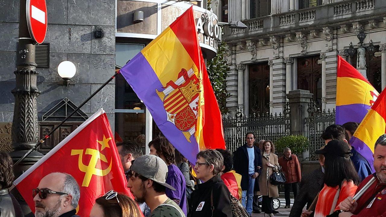 Manifestación por la III República en Oviedo.Pablo de María, director técnico de Radar (izquierda), junto a el concejal de cultura Roberto Sánchez Ramos