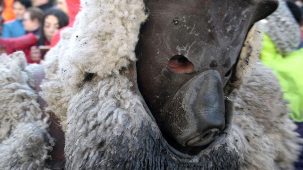 A máscara do Oso, vista de preto