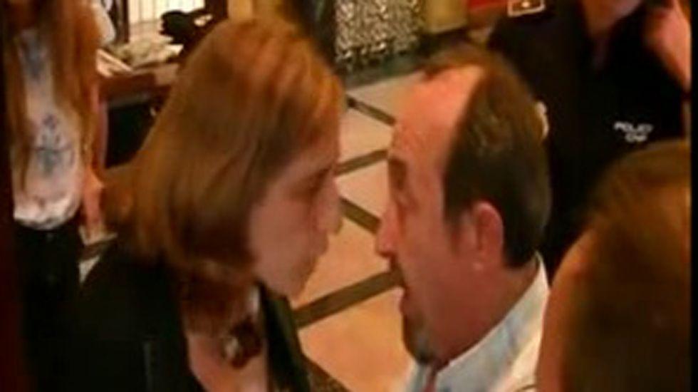 Teresa Sánchez y Jesús Montes hablan en el vestíbulo del Jovellanos