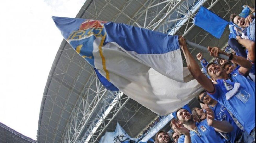 .Arturo Elias ondea una bandera en el Carlos Tartiere