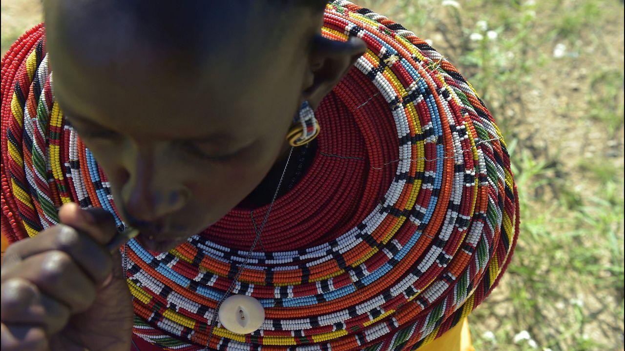 .Una mujer lleva un collar tradicional en Isiolo, Kenia