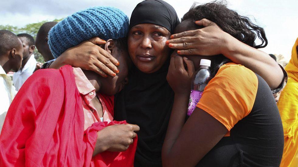 Los supervivientes del ataque contra la Universidad de Kenia se consuelan mutuamente.