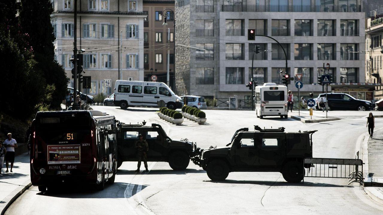 .Vista de una carretera cerrada en los alrededores del Coliseo con motivo del atentado perpetrado este jueves en las Ramblas de Barcelona, en Roma
