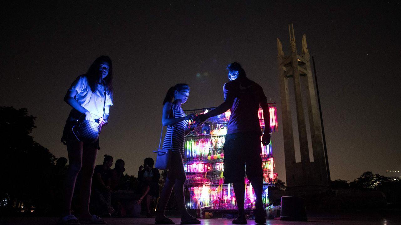 Un puesto con luminarias en Manila