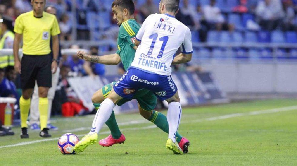 Iñaky disputa un balón ante el Cádiz