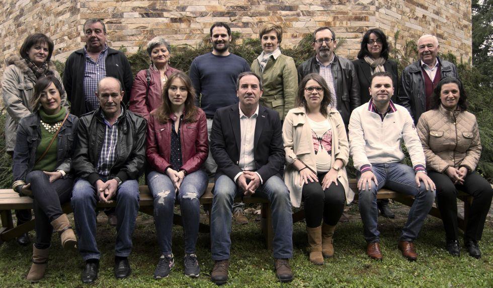 .José Manuel Arias, en el centro en la fila inferior, junto a los integrantes de la candidatura del PP