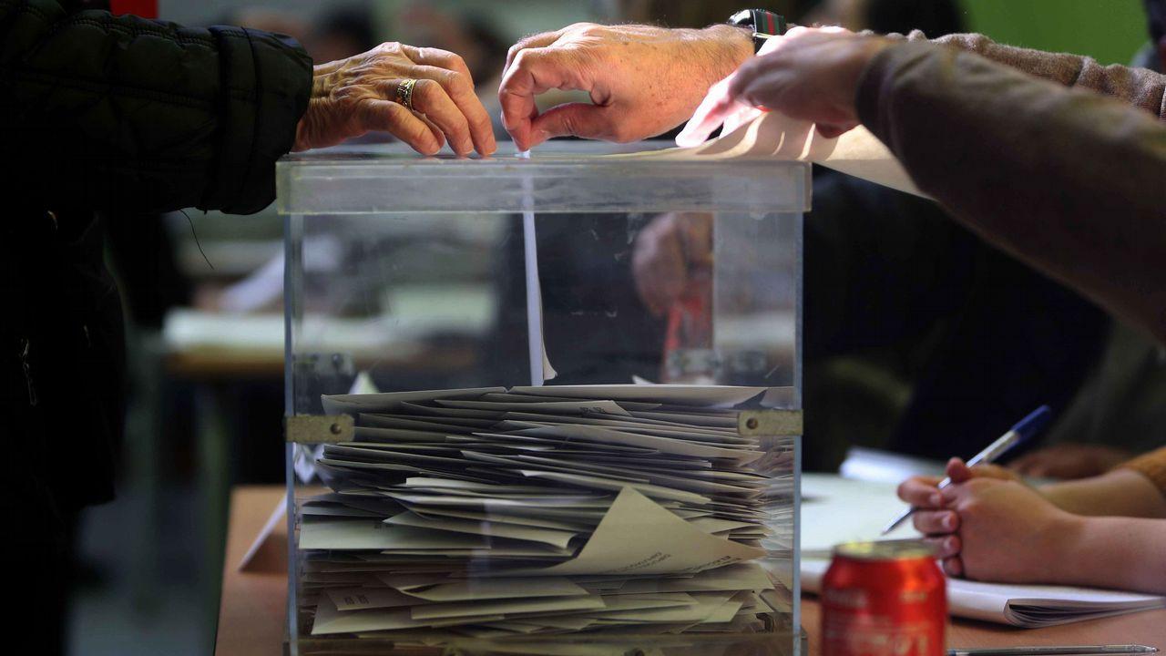 Ciudadanos hacen cola para depositar su voto en un colegio electoral de Barcelona