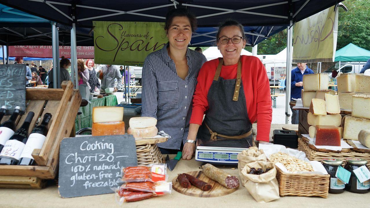 .Irene Lorenzo y Teresa Holmes en el puesto de productos españoles en el mercado de Brockley