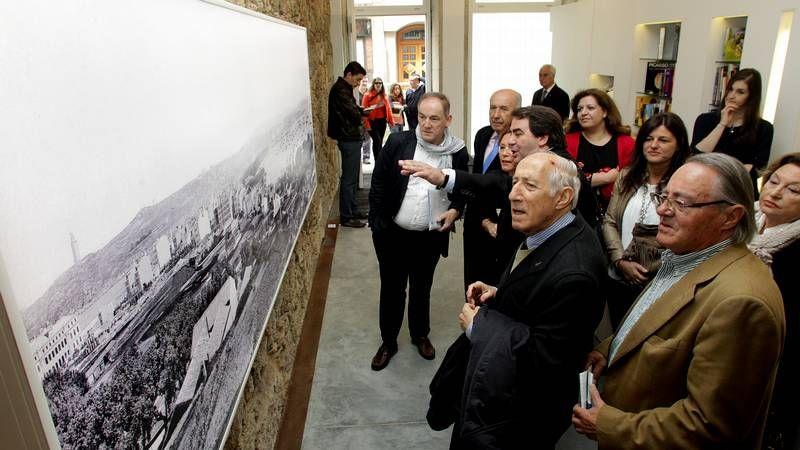 El alcalde observando la fotografía de la ciudad de 1891 que se puede ver en el bajo de la Casa Picasso