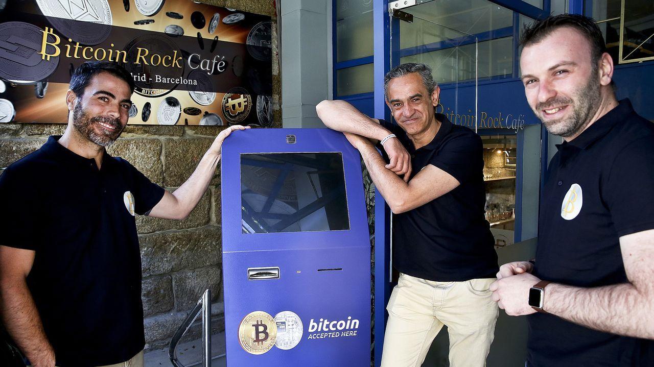 «El cliente de Bitcoin Rock Café podrá pagar con criptomonedas».Marcos Morán toma imágenes de Borja Cortina trabajando
