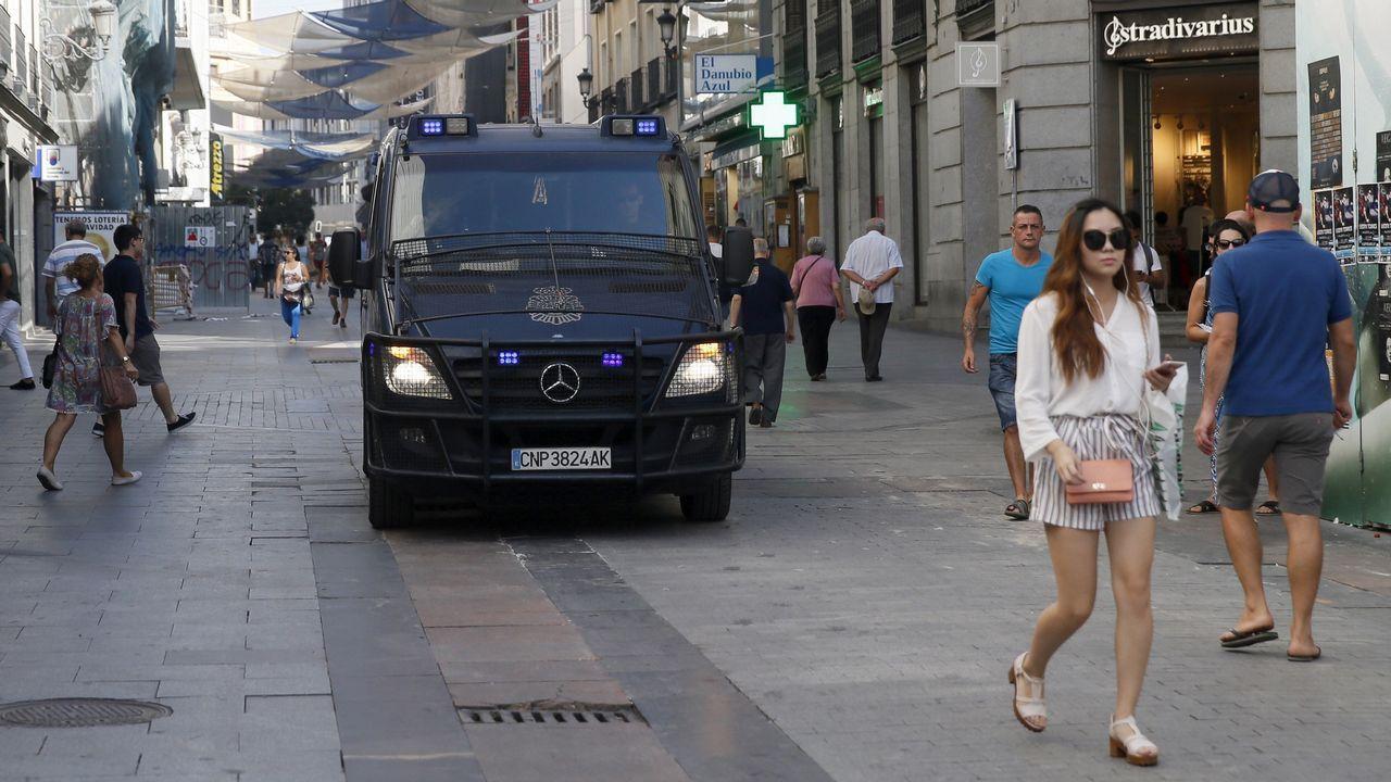.Varios agentes de la Policía Nacional patrullan en la Calle Preciados en Madrid