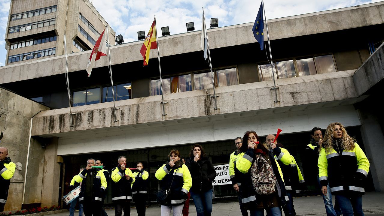 Los trabajadores de Alcoa han cortado el tráfico de la carretera de acceso a la fábrica de Avilés
