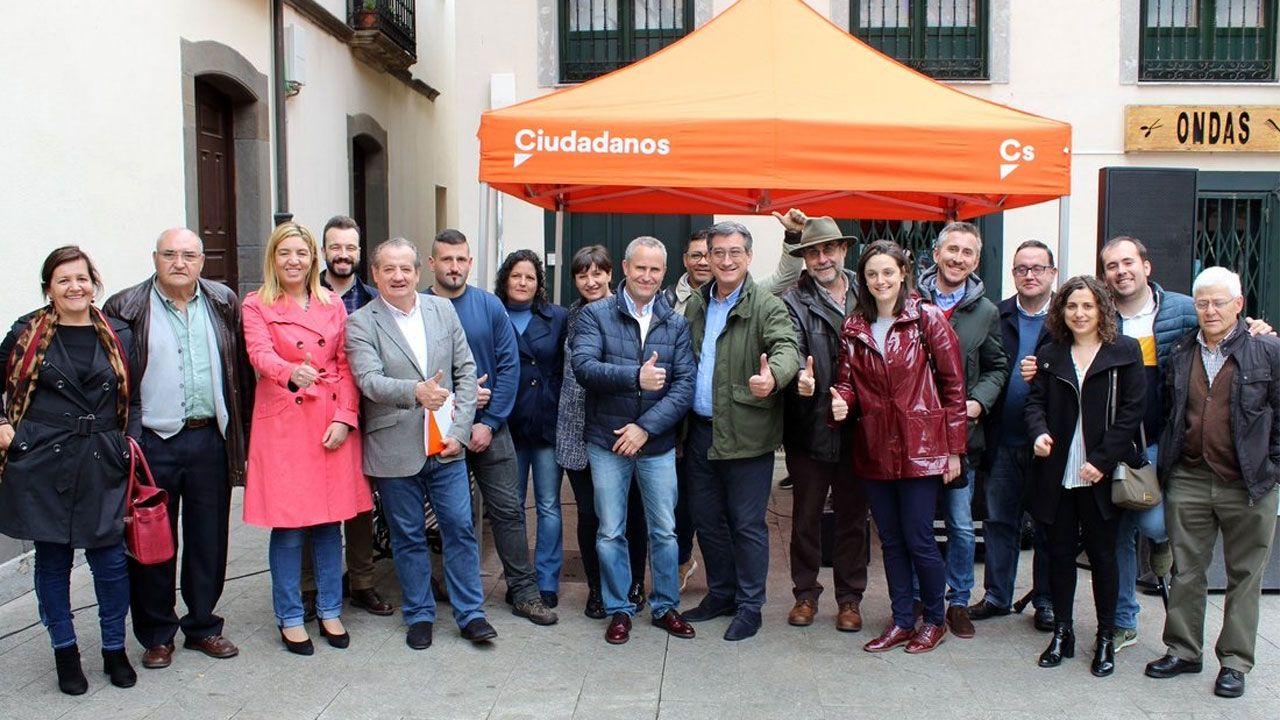 Ignacio Prendes, en el centro, durante su visita a Cangas del Narcea