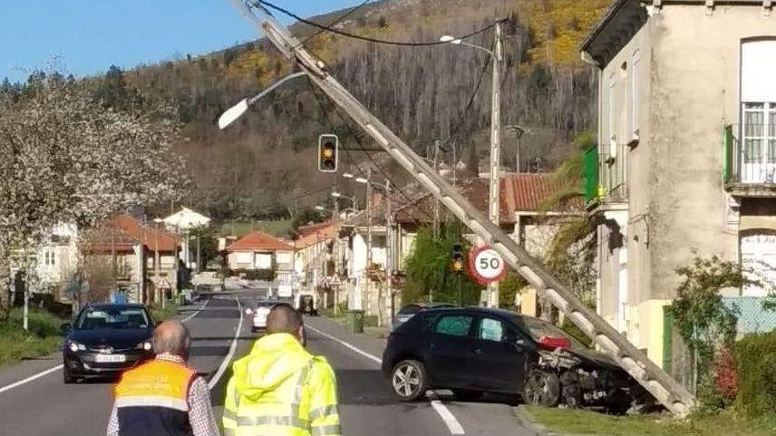 Accidente con un muerto en la N-120.Imagen del tejado desplomado sobre varios vehículos en la avenida Lugo