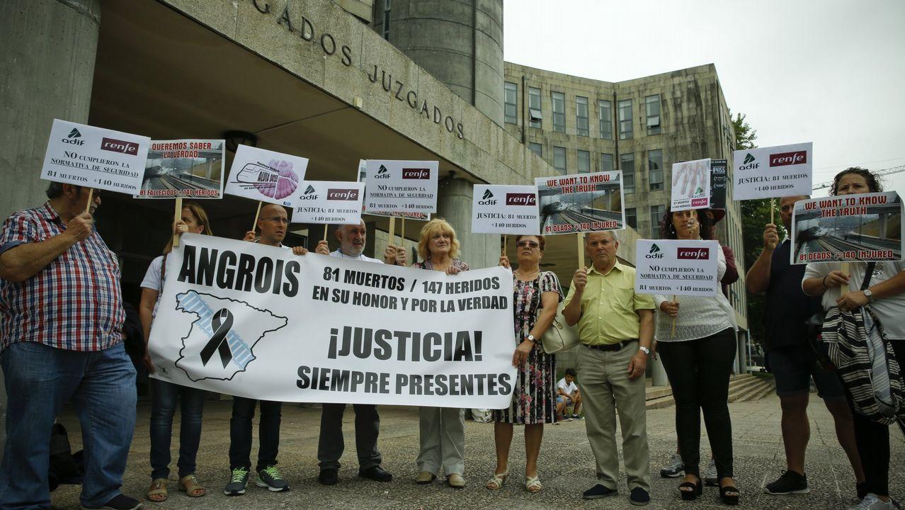 Carmín.Concentración de la Plataforma de Víctimas del accidente de Angrois frente a los juzgados de Fontiñas