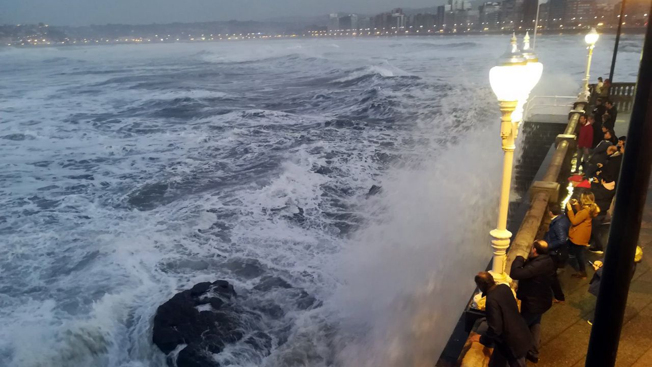 Los gijoneses sacan fotografías de los efectos del temporal Evi, en el Muro.Los gijoneses sacan fotografías de los efectos del temporal Evi, en el Muro
