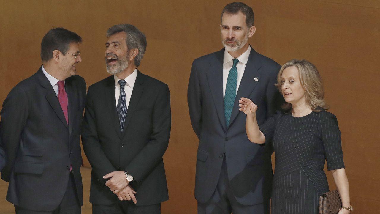 El rey Felipe junto al presidente del CGPJ y del Tribunal Supremo, Carlos Lesmes, el ministro de Justicia Rafael Catalá,y la directora de la Escuela Judicial, Gema Espinosa, esposa del juez del Supremo, Pablo Llarena