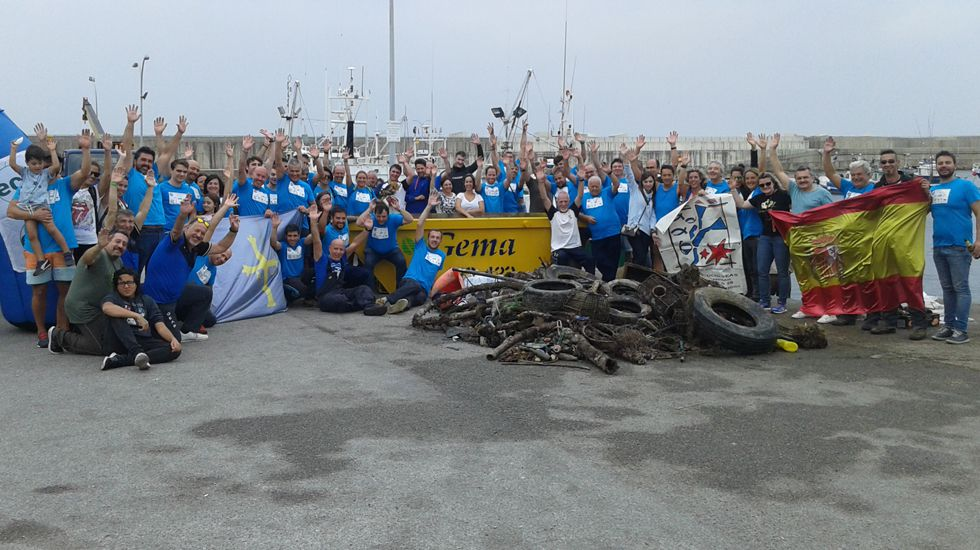 Voluntarios recogen 1.500 tonelada de basura en el litoral asturiano.Campa Torres. Un montón de clínker descubierto en el dique de la ampliación. El clínker es el montón gris grande que se ve a la derecha