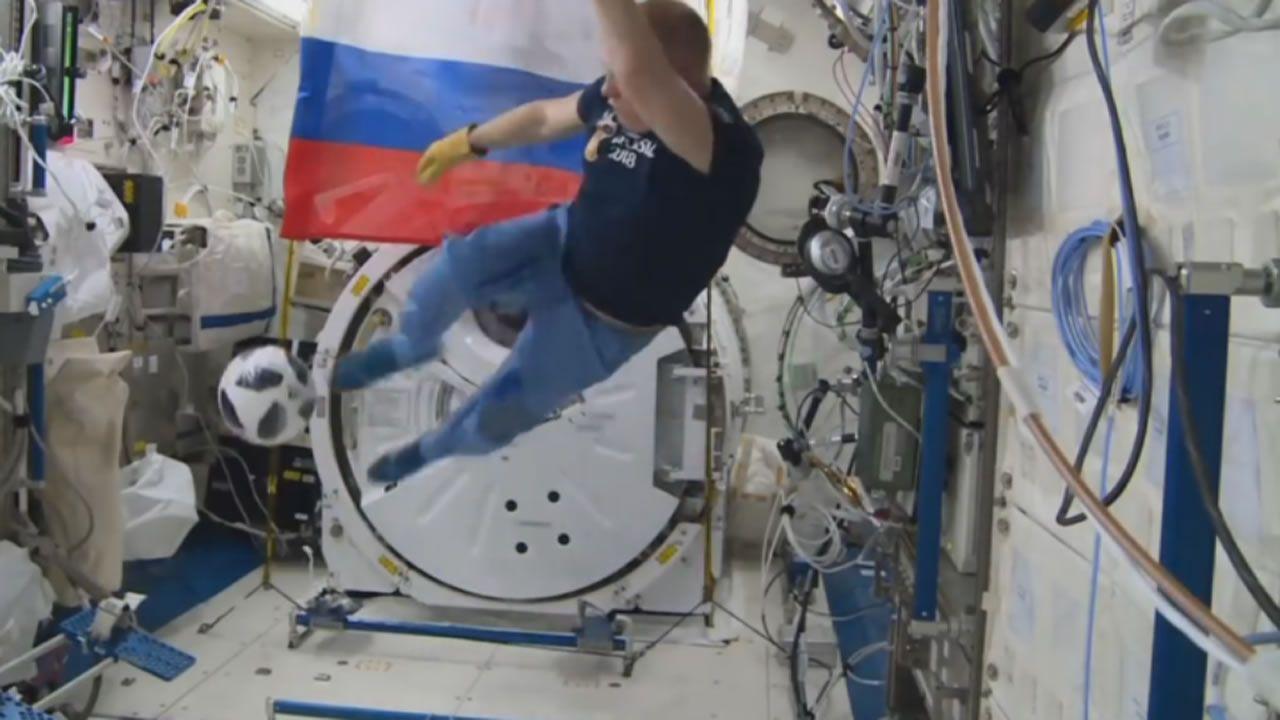 El balón del Mundial se prueba en el espacio.