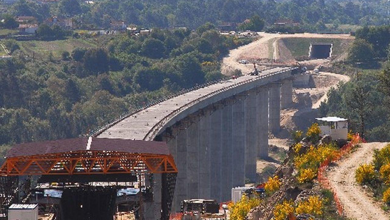 .VIADUCTO DE BARBANTIÑO: 98 METROS. La foto se tomó durante las obras pero ya está en servicio desde 2010. El paralelo de la autovía también es especialmente alto