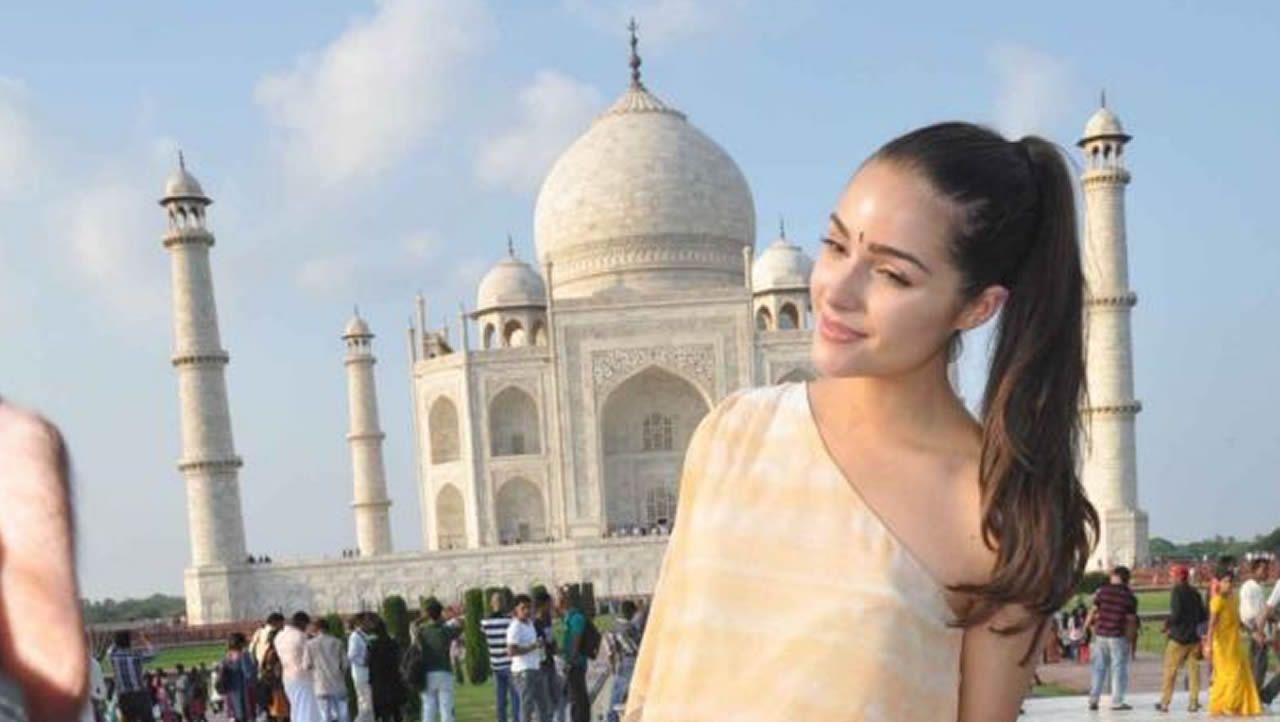 La modelo Olivia Culpo posando en una sesión de fotos frente al Taj Mahal