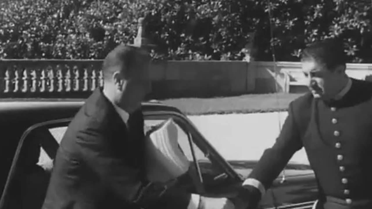 Manuel Fraga, ministro de Información y Turismo durante la dictadura, llegando a Meirás para una recepción veraniega con Franco. Es la imagen con la que termina en vídeo de Mikeli