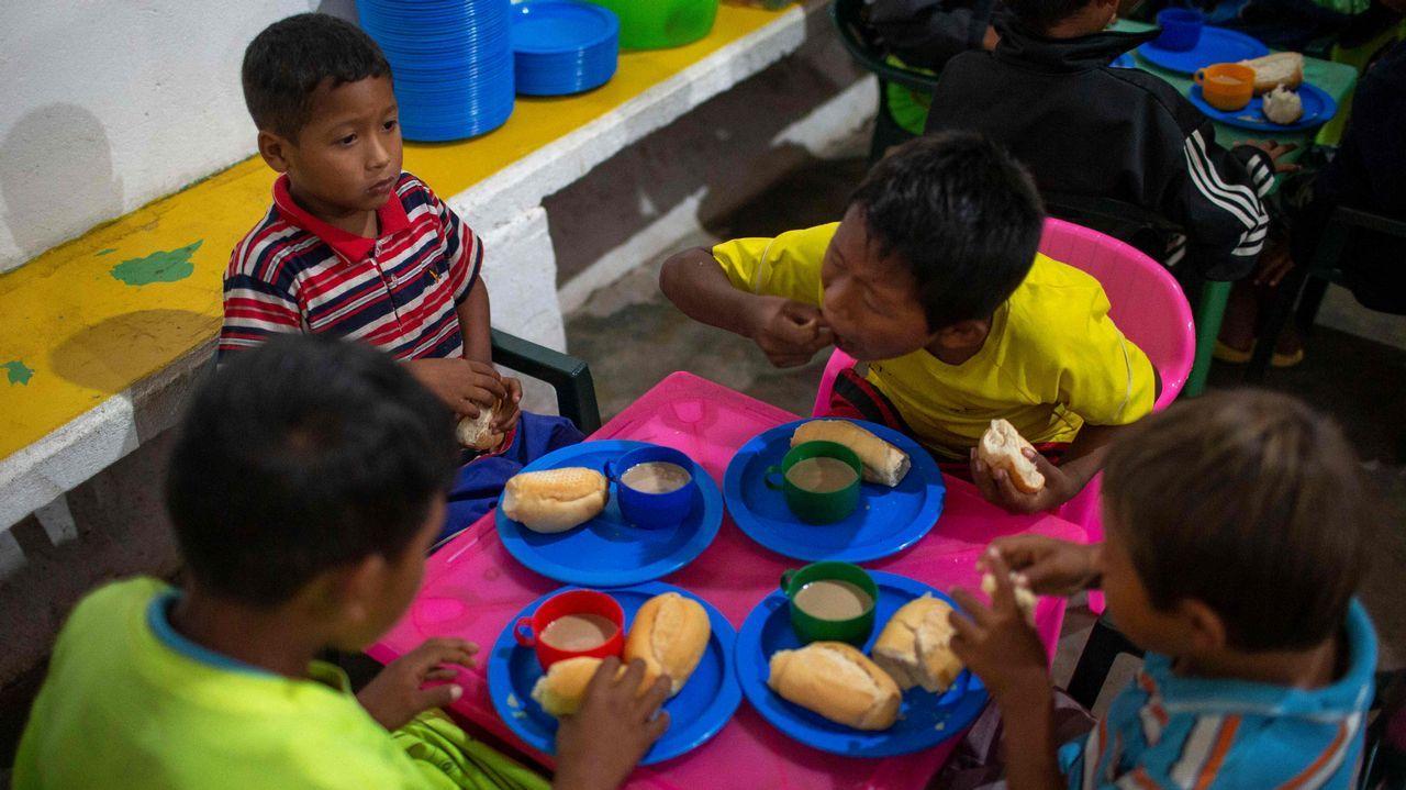 .Niños venezolanos desayunan en la parroquia del sacerdote español José López Fernández de Bobadilla en Pacaraima, Roraima, Brasil