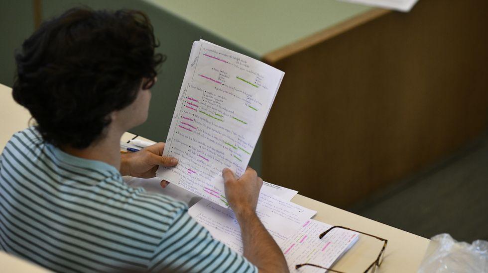 Un alumno, minutos antes de empezar el examen de selectividad