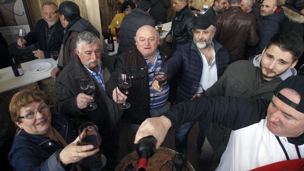 El público llenó el domingo por la mañana la carpa de las odegas en la Feira do Viño de Amandi