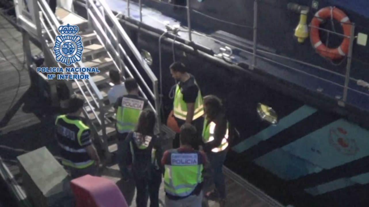 Detención de los tres marineros del «Siempre Cacharelos» en el puerto de Vigo