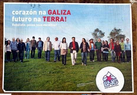 Acto reivindicativo del BNG en la Plaza del Obradoiro.<span lang= es-es >Dos estilos</span>. Desde arriba, los carteles electorales de AGE, BNG, PP y PSOE.