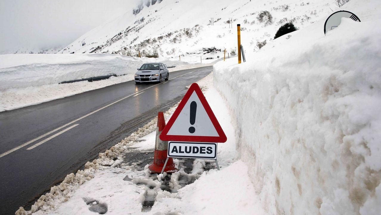 La carretera del puerto asturiano de San Isidro bajo la nieve con aviso de aludes