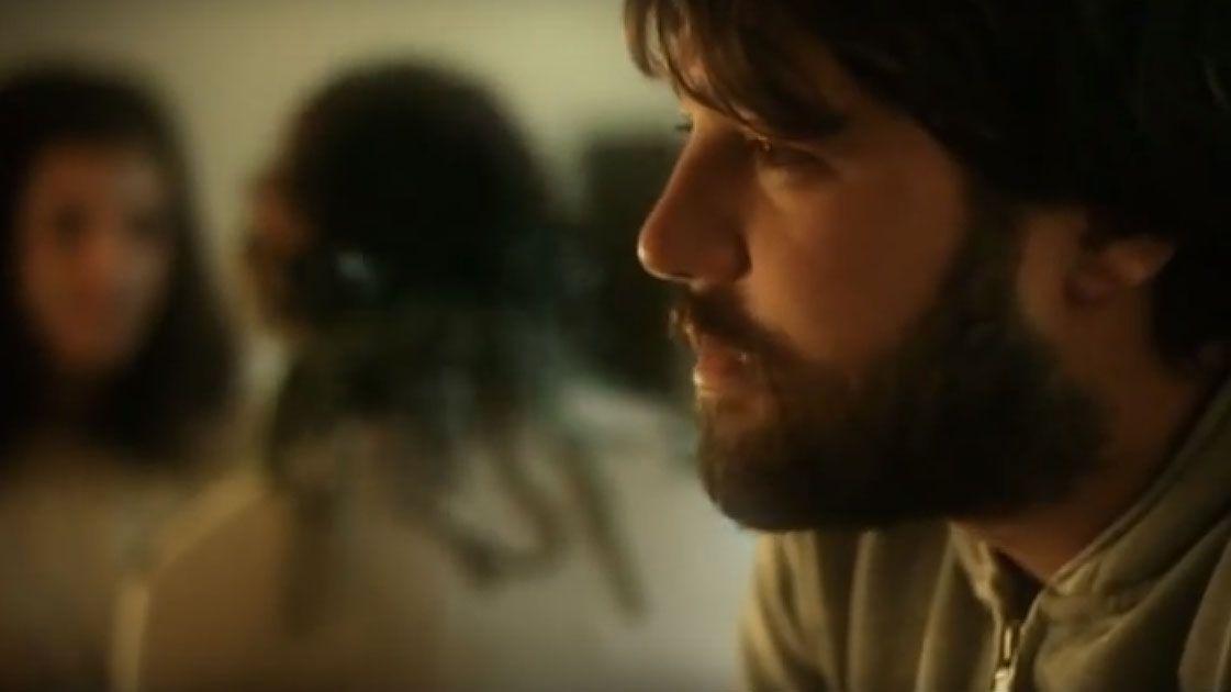 Pablo Moro en el videoclip del tema «Gente feliz»