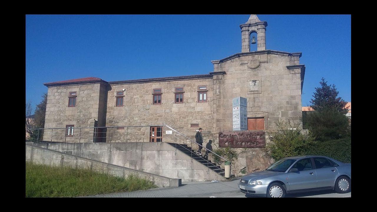 El iglesario de Agrela, casi oculto por las industrias que lo rodean, mantiene dos siglos de función social