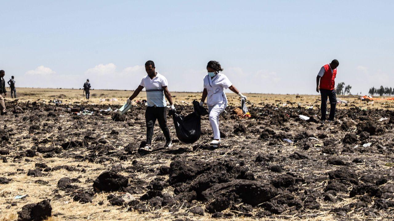 Un avión de Ethiopian Airlines se estrella con 157 personas a bordo en un vuelo a Kenia.Un grupo de mujeres lloran durante un acto en recuerdo de los siete miembros de la tripulacion fallecidos en el accidente, en el que perecieron todos los ocupantes