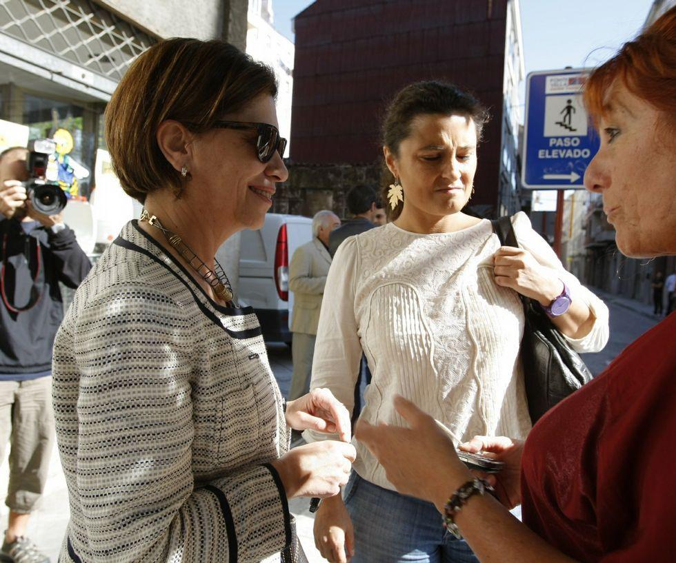 .<span lang= es-es >Los precedentes</span>. En el 2004, Emilio Pérez Touriño dirigía el PSdeG e impuso a la dirección provincial, con Pachi Vázquez al frente, que el candidato al Senado fuese Cándido Rodríguez (en la foto superior, este y Vázquez, junto a Alberto Fidalgo, en aquellas fechas). En el 2008, ocurrió algo similar, aunque menos polémico, con Elena Espinosa para el Congreso. La ministra no pudo repetir en el 2011 y perdió ante Laura Seara (ambas en la foto inferior).