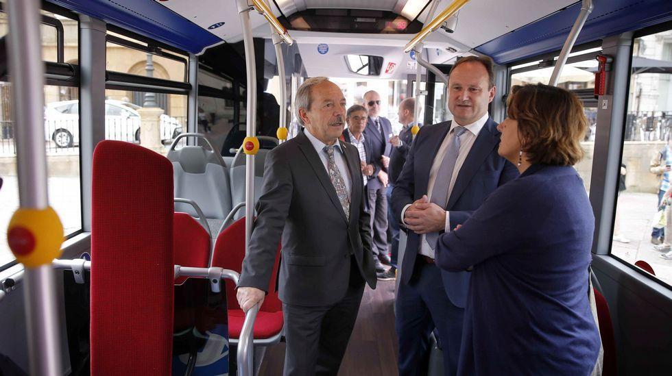 .El alcalde de Oviedo, Wenceslao López (i), y la concejala de Infraestructuras y Servicios Básicos, Ana Rivas (d), presentaron hoy el nuevo autobús híbrido del servicio de transporte urbano.