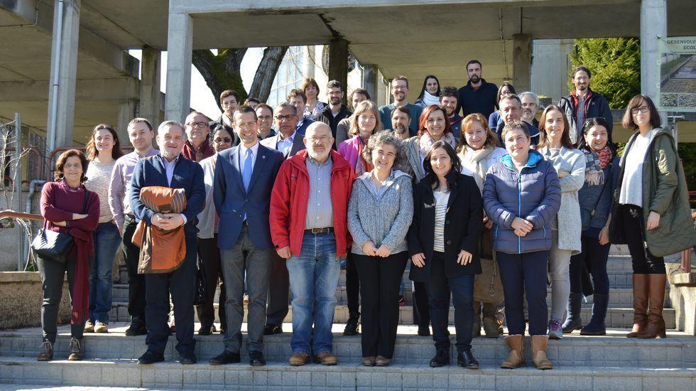 Ana Muller:mosaico de Asturias en años de tránsito.Varios convictos trabajan en la construcción de la nueva valla