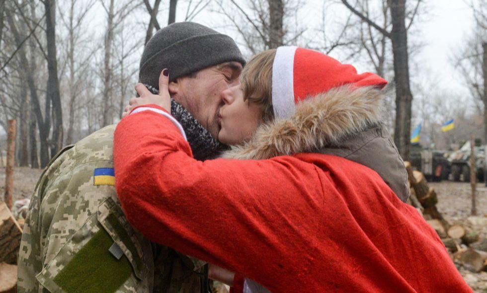 Una activista besa a un soldado del ejército ucraniano desplazado en el frente del este del país
