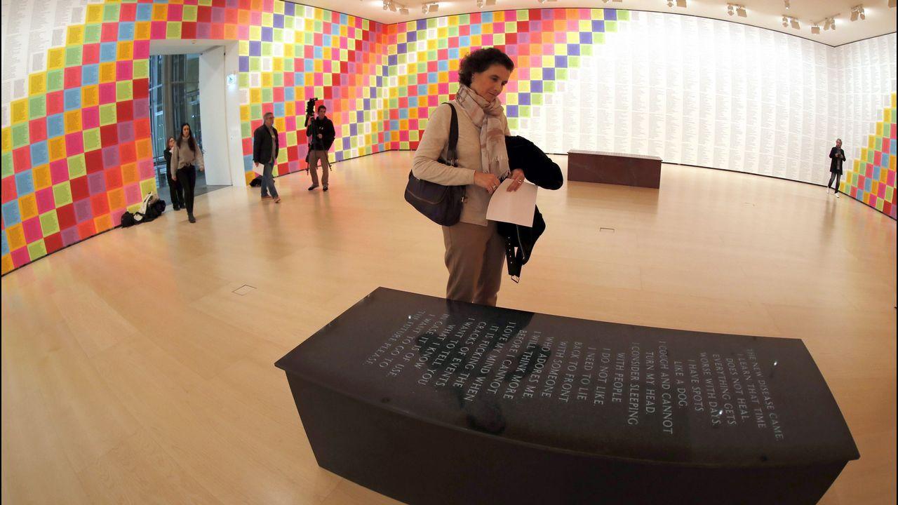 Detalle de una de las salas de la muestra de Holzer en el Guggenheim bilbaíno, con los «Truismos» al fondo y uno de los bancos con mensaje grabado, en primer plano