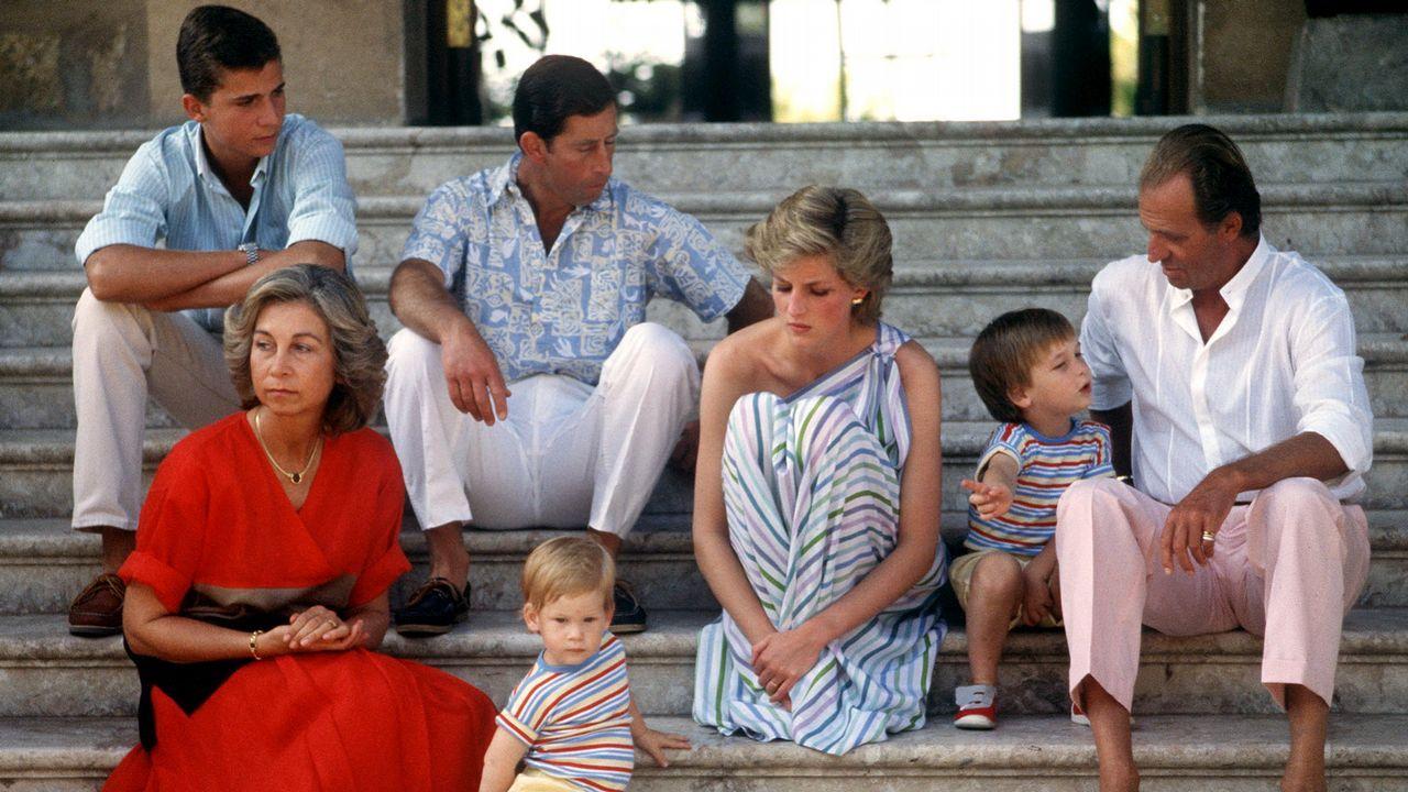 Diana, Carlos y sus hijos, con la familia real española en el palacio de Marivent (Mallorca).