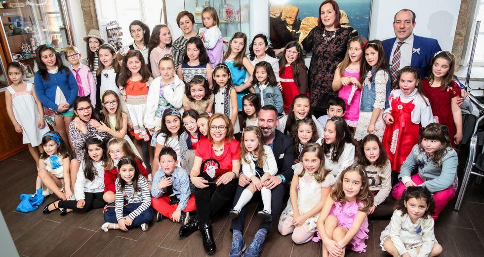 Los responsables y organizadores de la Mostra, con todos los niños que participaron ayer en el desfile de presentación.