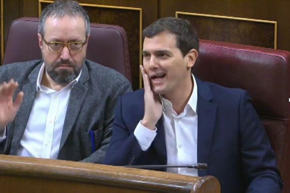 Desalojados del Senado dos familiares de las víctimas del Alvia.Ramón Espinar, de Unidos Podemos
