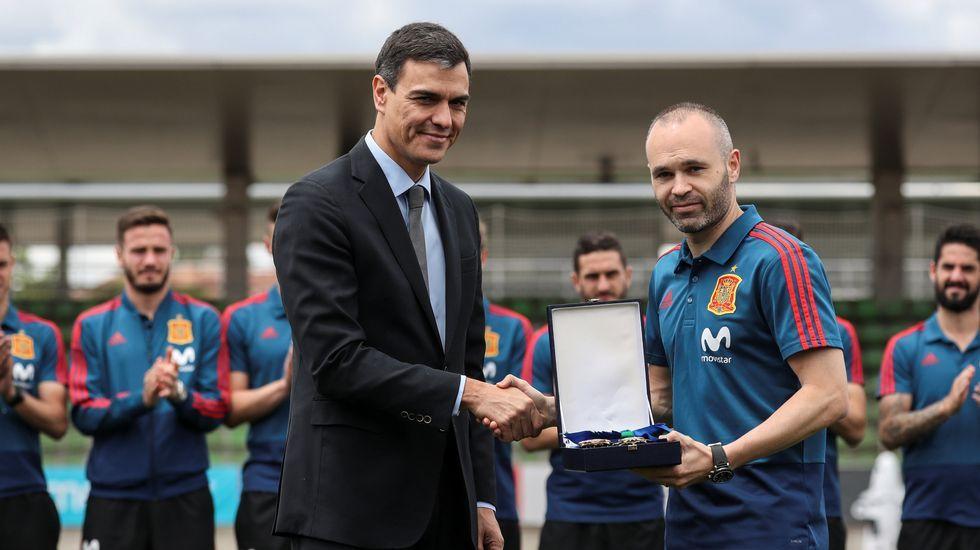 Iniesta y Pedro Sánchez.Foto del Instagram de visselkobe_official dando la bienvenida a Villa a su equipo